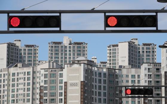 과열된 세종시 아파트   (세종=연합뉴스) 이진욱 기자 = 국토부가 투기과열지구 지정과 같은 부동산대책을 이르면 이번주 내놓을 것이라는 전망이 나오고 있다. 투기과열지구로 지정되면 주택담보대출비율(LTV)·총부채상환비율(DTI) 한도가 40%로 강화되는 등 14개 규제가 동시에 적용된다. 사진은 세종시 아파트 모습. 2017.8.1  cityboy@yna.co.kr(끝)<저작권자(c) 연합뉴스, 무단 전재-재배포 금지>
