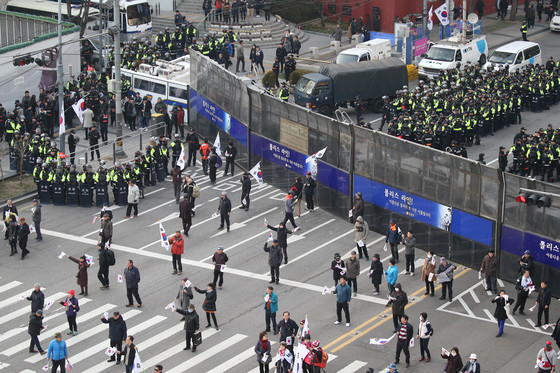 지난해 3월 11일 서울 서울광장에서 탄핵반대 집회가, 광화문광장에서는 탄핵찬성 촛불집회가 각각 열렸다. 경찰이 중간 도로에 차벽을 세워 막고 있다. 사진공동취재단