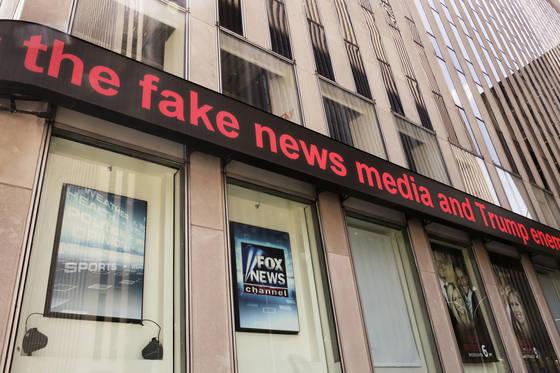 뉴욕 폭스뉴스 빌딩의 전광판에 흐르고 있는 기사 헤드라인. [AP=연합뉴스]