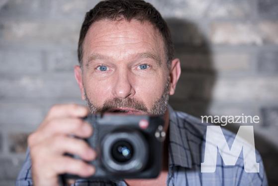 magazine M 인터뷰 현장에서 자신을 촬영하는 포토그래프를 카메라로 포착하고 있는 토마스 크레취만 / 사진=정경애(STUDIO 706)