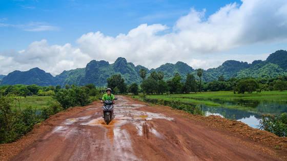미얀마의 마지막 여행지 파안에서 만난 새파란 하늘. 오토바이를 타고 시골마을을 누비며 정취를 즐길 수 있다.