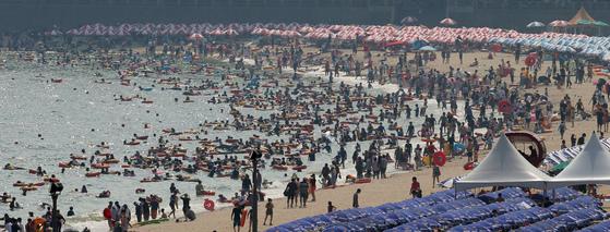 SK텔레콤은 휴대폰의 사용자, 위치 정보 등 빅데이터를 분석해 부산 해운대 해수욕장을 찾은 피서객 수를 정교하게 산출했다. 이 분석 결과에 따르면 지난 주말(7월 28일~7월 30일) 사흘간 해운대 해수욕장을 찾은 피서객은 총 51만7000명, 송정 해수욕장을 찾은 피서객은 15만3000명이었다. [중앙포토]