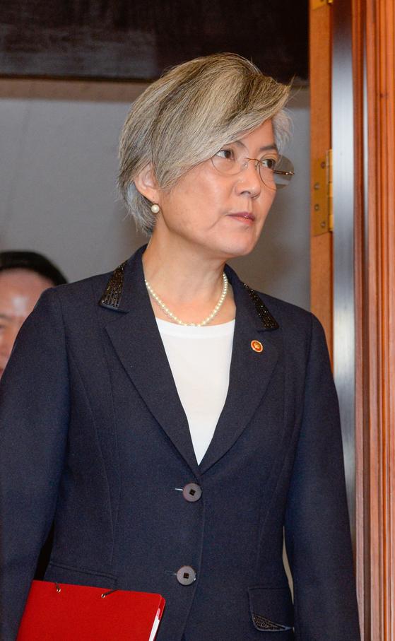 강경화 외교부장관이 1일 서울 세종로 정부서울청사에서 열린 국무회의장으로 이동하고 있다.