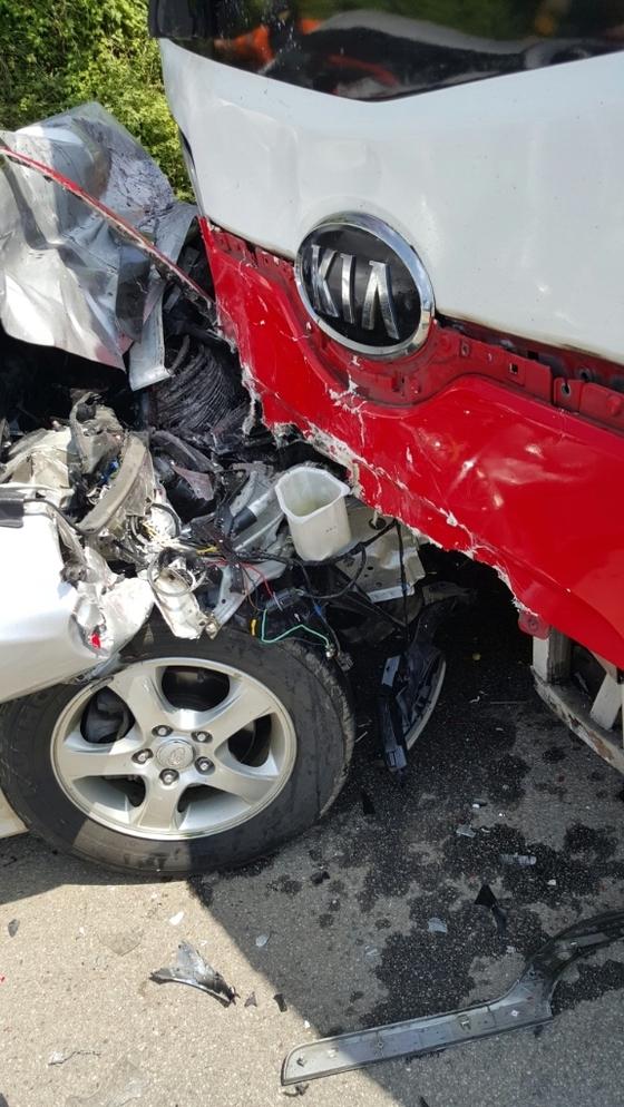 3일 낮 12시쯤 전남 신안군 지도읍 편도 1차선 도로에서 발생한 승용차와 고속버스 충돌사고 현장. [사진 전남경찰청]