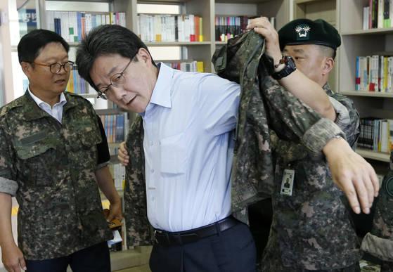 3일 강원 화천군 육군 7사단을 방문한 바른정당 유승민 의원이 전투복을 입고 있다. [연합뉴스]