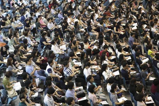 지난 달 22일 오후 서울 이화여대 대강당에서 열린 수시모집 설명회에 수험생과 학부모 등이 구름처럼 몰렸다. 올해 수시모집 원서접수는 9월 11~15일이다. [중앙포토]