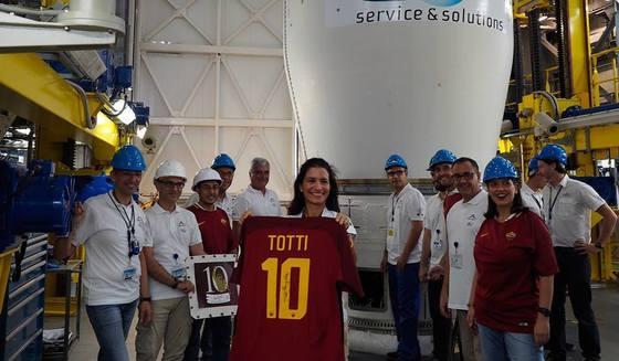 토티의 유니폼이 지난 2일 프랑스령 기아나에서 발사된 로켓에 담겨 우주로 보내졌다. [사진 AS로마 페이스북]