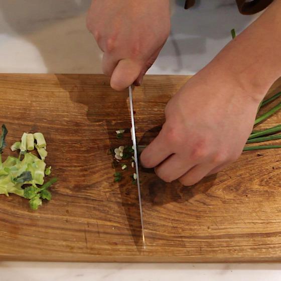 물을 올린 뒤 채소를 먼저 다듬는다.