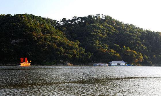 백마강에서 바라본 낙화암 모습 [사진 부여군청 제공]