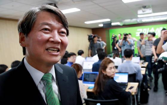 국민의당 안철수 전 의원이 3일 오후 서울 여의도 당사에서 당대표 선거 출마 입장을 밝힌 뒤 자리를 떠나고 있다. [연합뉴스]