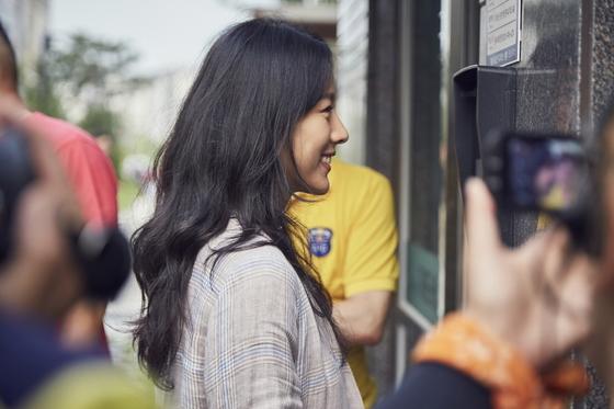 '한 끼 줍쇼'에 출연해 서울 김포에 사는 주민과 이야기를 나누고 있는 가수 이효리. [사진 JTBC]