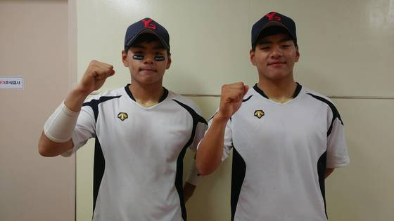 율곡고 쌍둥이 야구선수, 유격수를 맡고 있는 형 김철호(왼쪽)와 투수인 동생 김철민.