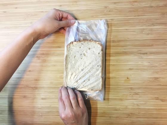 입구쪽의 말아놓은 비닐을 빵과 빵 사이에 끼워 넣는다. 위 아래로 남은 비닐도 같이 빵 사이에 넣어두면 깔끔하고 또 빵 표면이 잘 마르지 않는다.