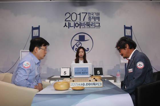 조치훈(오른쪽) 9단과 안관욱 9단.