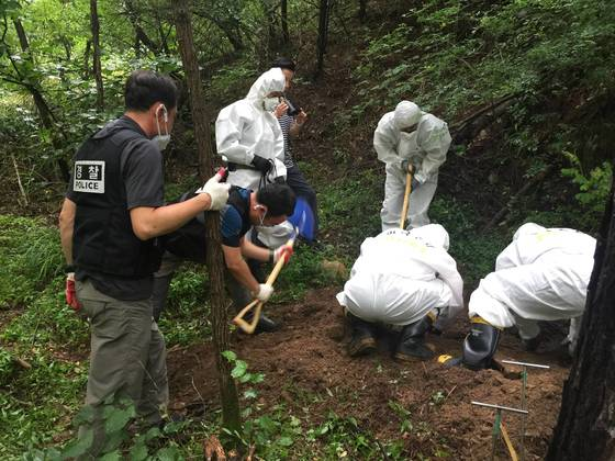 경찰이 경북 봉화군 한 야산에서 사이비 교주가 살해하고 피해자 가족을 포함한 신도들이 함께 유기한 여신도 사체를 발굴하고 있다. [사진 부산지방경찰청]
