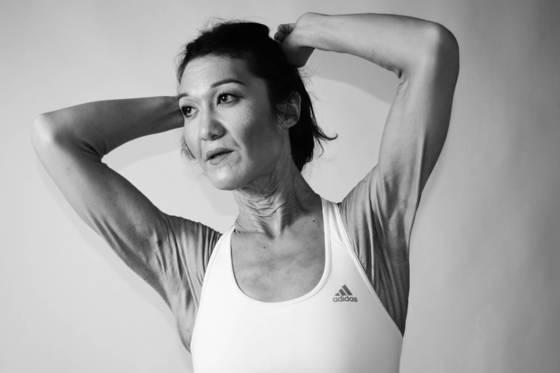 EDS 질환에도 불구하고 당당하게 패션 모델로 활약하고 있는 한국계 미국인 사라 굴츠는 '어머니의 고향'인 한국에서의 모델 데뷔를 기대하고 있다. 최근 스포츠 웨어를 입고 포즈를 취한 굴츠. [사진 사라 굴츠]