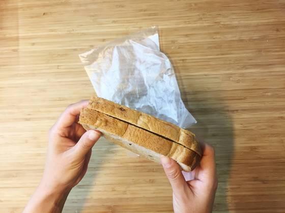 한번에 먹을 양만큼씩 소분해 보관하는 것이 포인트. 비닐의 낭비를 줄이기 위해 두 장씩 보관한다.