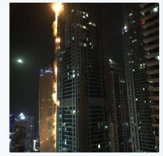 아랍에미리트(UAE) 두바이에 있는 84층짜리 초고층 아파트 '토치 타워'에서 4일(현지시간) 대형화재가 발생해 불길이 치솟고 있다.[연합뉴스]