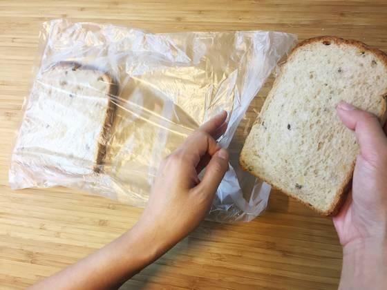 큰 비닐봉지 끝에 식빵 한장을 먼저 넣고 판판하게 편 후 옆에 나머지 한장을 넣는다.