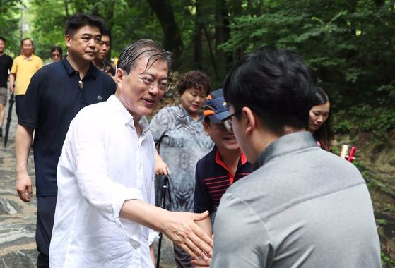 지난달 31일 오전 휴가 2일차인 문재인 대통령은 오대산 상원사길을 걸었다. 길을 걸으며 시민들과 기념사진과 인사를 나누고 있다. [사진 청와대]