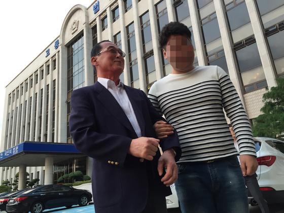 최씨(오른쪽)와 황상만 전 군산경찰서 형사반장.