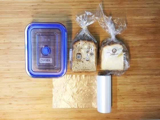 식빵 보관, 생각보다 쉽다. 깨끗한 비닐봉지와 냉동실에 넣어도 되는 밀폐용기만 있으면 된다.