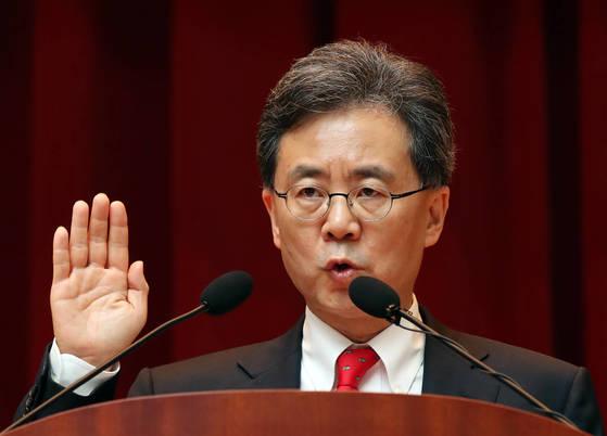 김현종 신임 통상교섭본부장이 4일 오후 정부세종청사 산업통상자원부에서 열린 취임식에서 선서하고 있다. [연합]