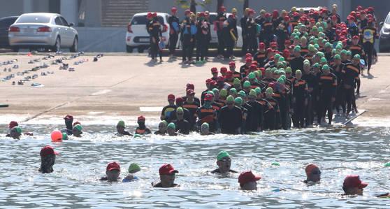 4일 오전 경상남도 창원시 진해구 해군사관학교 앞 해상에서 열린 '전투 수영 훈련'에 참가한 해군사관학교 생도들이 바다수영을 하고 있다. 송봉근 기자
