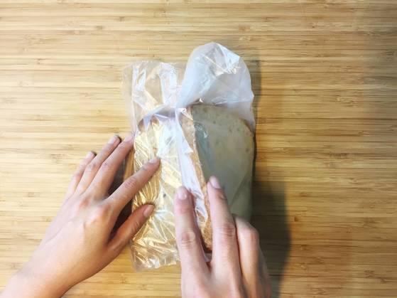빵 두 개를 포갠다.