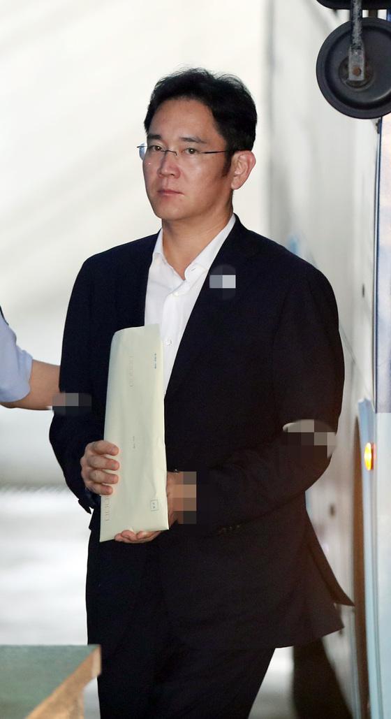 이재용 삼성전자 부회장이 4일서울중앙지법에서 열린 자신의 재판에 출석하고 있다. [연합뉴스]