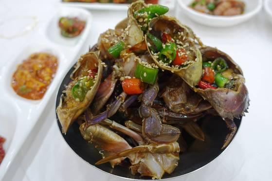 '게장 골목'을 만들어준 음식이자 청정게장촌의 대표메뉴인 간장돌게장.