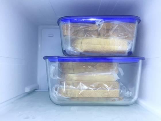 밀폐용기를 냉동실에 넣으면 식빵 보관 과정이 끝난다.
