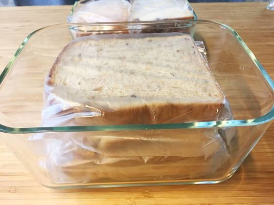 빵을 밀폐용기에 차곡차곡 넣는다. 통은 투명한 것을 써야 속이 보여 꺼내 먹기 편하다.