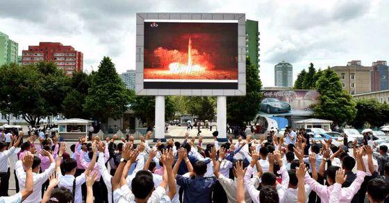 북한 노동당 기관지 노동신문은 지난달 30일 북한 주민들이 지난 28일 대륙간탄도미사일(ICBM)급 '화성-14형' 2차 시험발사 성공에 환호하는 사진을 여러 장 게재했다. 사진은 노동신문에 실린 평양역 앞 주민들의 환호하는 모습. [연합뉴스]
