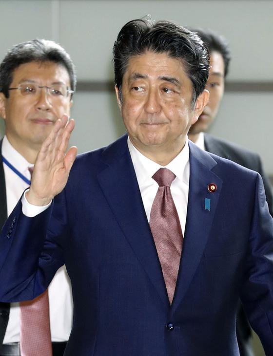 아베 신조(安倍晋三) 일본 총리가 3일 개각 발표에 앞서 총리관저로 출근하고 있다. [교도=연합뉴스]