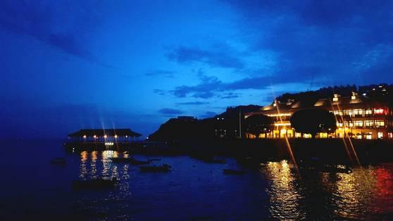 남중국해 밤이 깃들며 블레이크 항구와 머리 하우스(Murray house·오른쪽 건물)에 주황빛 불이 켜졌다.