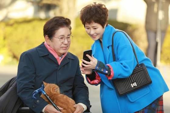 JTBC 드라마 '품위있는 그녀'에서 당뇨합병증으로 온몸에 병을 달고 다니는 재벌 회장 안태동(김용건 분)과 그의 입주 간병인인 박복자(김선아 분). [사진 중앙포토]