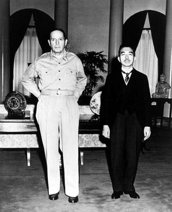 제2차 세계대전 종전 후 만난 더글러스 맥아더 연합군 총사령관(왼쪽)과 일왕 히로히토. [중앙포토]