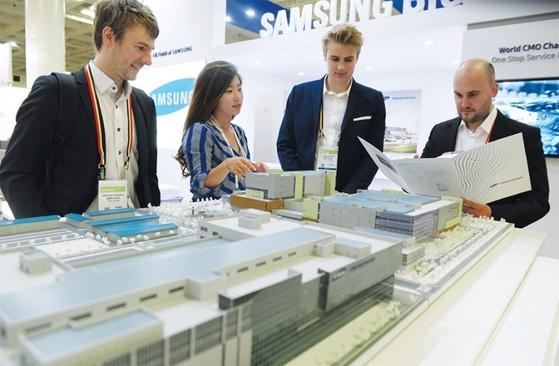 바이오 인터네셔널에서 제약사 관계자들이 삼성바이오로직스 부스를 방문하고 있다