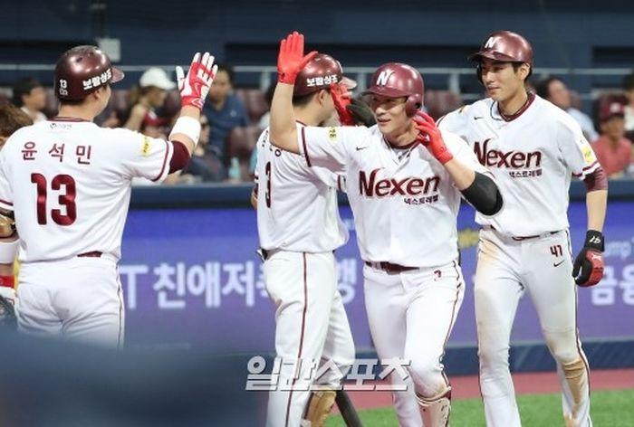지난 6월 17일 넥센 김하성이 롯데 박시영을 상대로 만루홈런을 치고 홈인해 동료들의 축하를 받고 있다. [사진=IS포토]