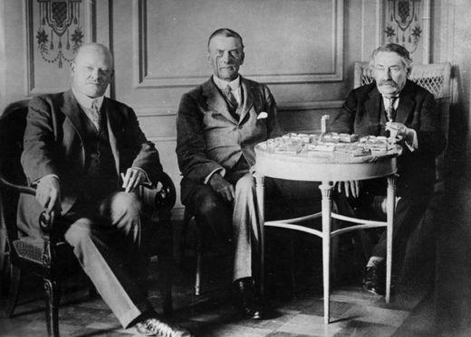 로카르노조약의 주역인 (좌로부터) 독일 구스타프 스트레제만, 영국 조셉 챔벌레인, 프랑스의 아리스티드 브리앙. 그들은 평화를 이끈 공을 인정받아 1925년 노벨 평화상을 공동 수상했다. [사진 wikipedia]