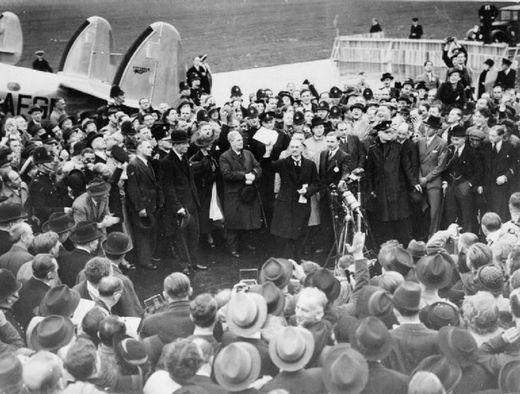 뮌헨 회담 후 런던에 도착하여 수데텐란트를 독일에 넘긴 대가로 히틀러로부터 평화를 지키겠다는 서명을 받았다고 자랑하는 네빌 챔벌레인. 하지만 불과 1년 후 인류 역사상 가장 커다란 전쟁이 시작되었다. [사진 wikipedia]