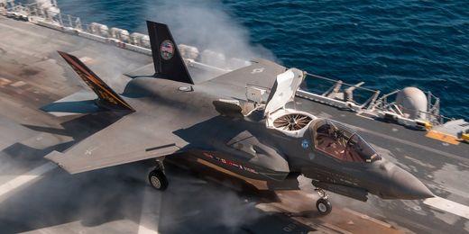 항공모항에서 수직으로 비행기를 띄우려는 F-35 전투기 [사진 록히드마틴]