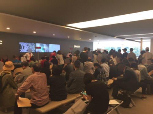 '서초 센트럴 아이파크' 오피스텔 청약 접수를 기다리는 고객들