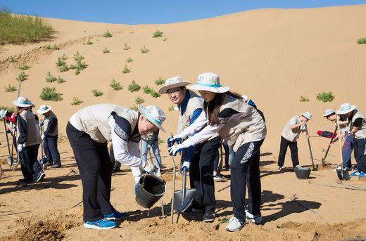 채종훈 대한항공 중국지역본부장(가운데)과 대한항공 직원들이 지난 9월 중국 네이멍구 쿠부치 사막에서 나무 심기 봉사활동을 하고 있는 모습. 대한항공 제공