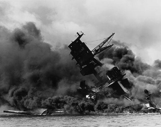 일본의 진주만 급습으로 침몰 중인 전함 애리조나. 일본의 팽창을 저지하기 위한 미국의 석유 금수조치는 일본이 도발을 결심한 도화선이 되었다. [사진 wikipedia]