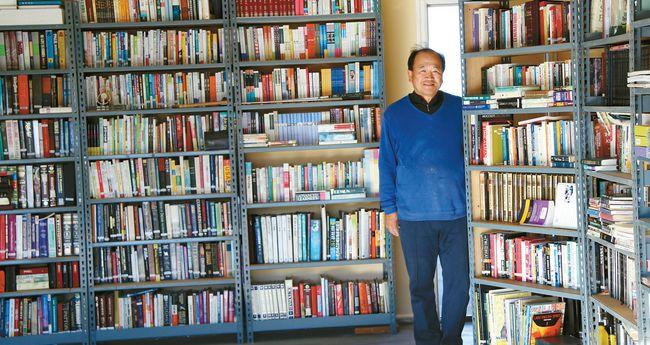 최익철씨는 난로가에서 책 읽기 좋은 계절에 동네 주민들에게 개인도서관의 책을 빌려주기로 했다. 아래 사진은 그가 출간한 시집들.