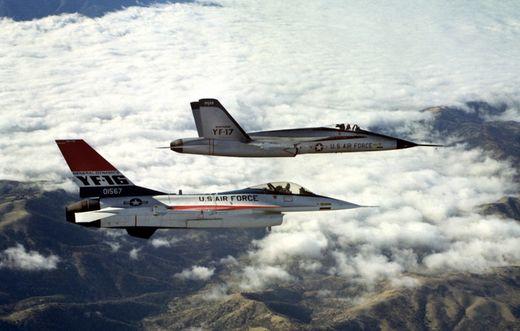 LWF 사업 당시 경쟁을 벌인 YF-16과 YF-17. 경쟁에서 패해 사라질 뻔한 YF-17은 미 해군의 F/A-18 전투기의 베이스가 되면서 부활했다. [사진 wikipedia]