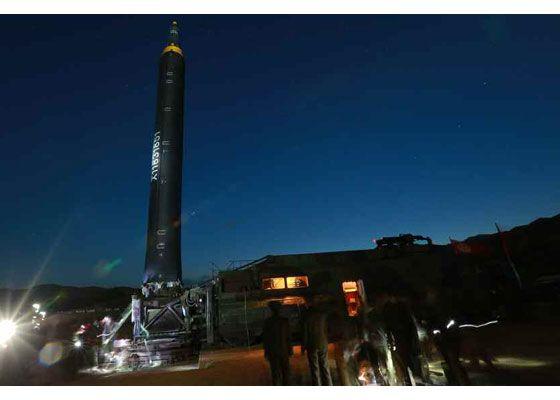 지난 북한 화성-12형 시험 발사는 새벽에 이뤄졌다. 29일 신형 미사일 발사는 이보다 빠른 3시17분에 이뤄졌다. [사진 조선중앙TV]