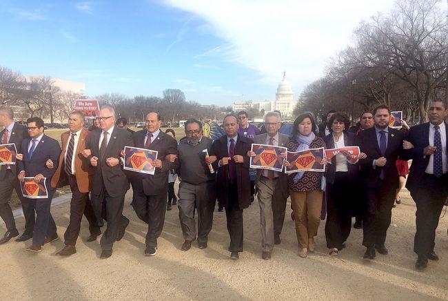 그레이스 멩 연방하원의원(민주.뉴욕 6선거구.앞줄 오른쪽 네 번째) 등 정치인과 이민자 권익단체 관계자들이 19일 워싱턴DC 내셔널몰에서 열린 드림액트 통과 촉구 집회에서 함께 행진하고 있다. [그레이스 멩 의원실 제공]